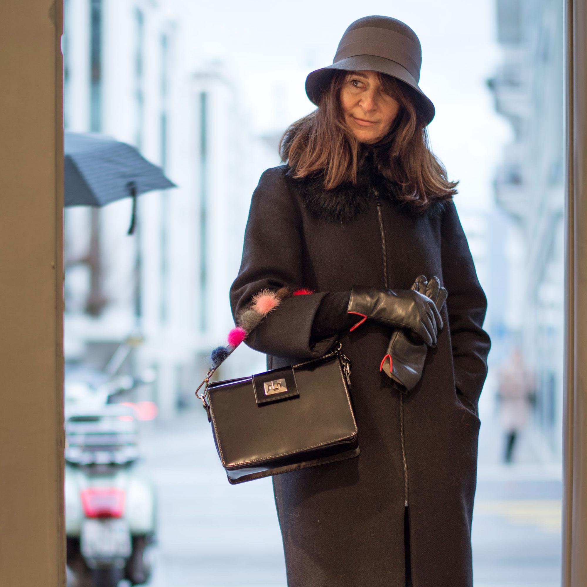 Handtasche und passende Handschuhe, Hut