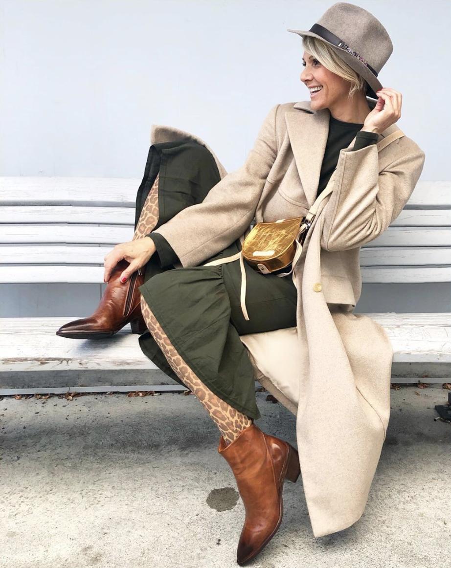Luisa Rossi trägt Schuhe, Tasche und Hut von Toccare
