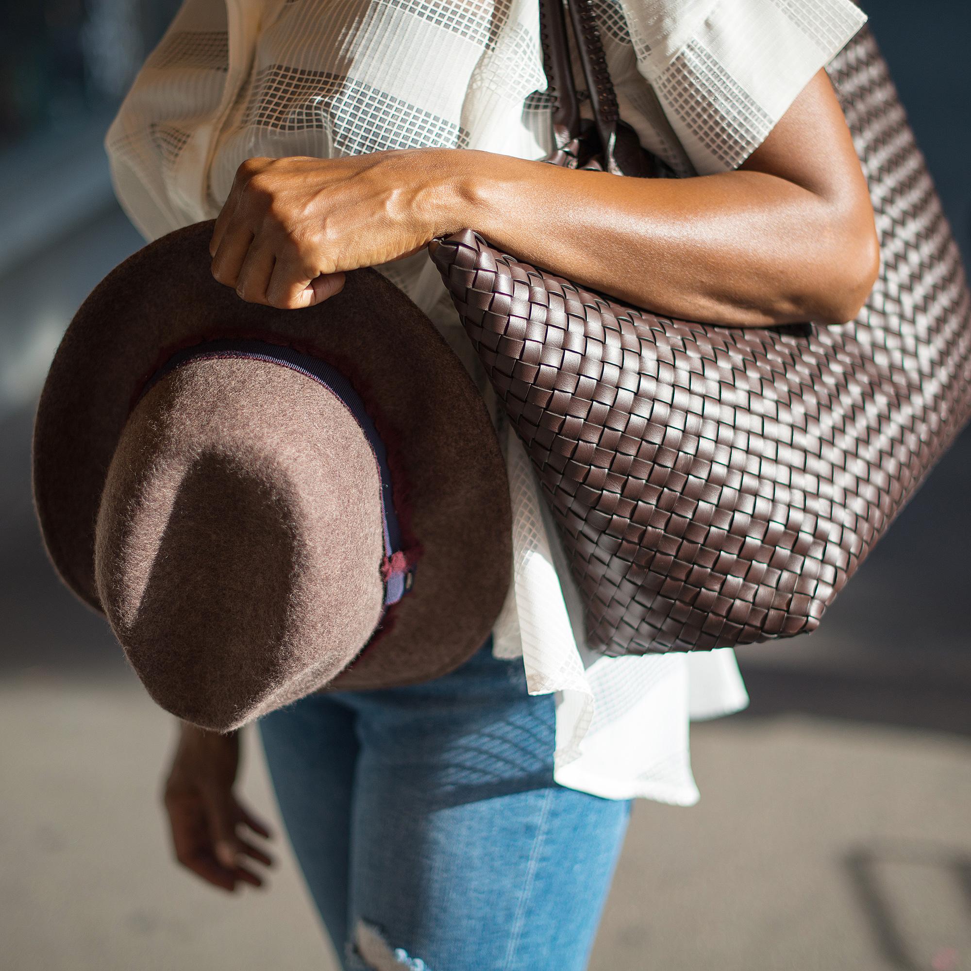 Tasche und Hut in Braun